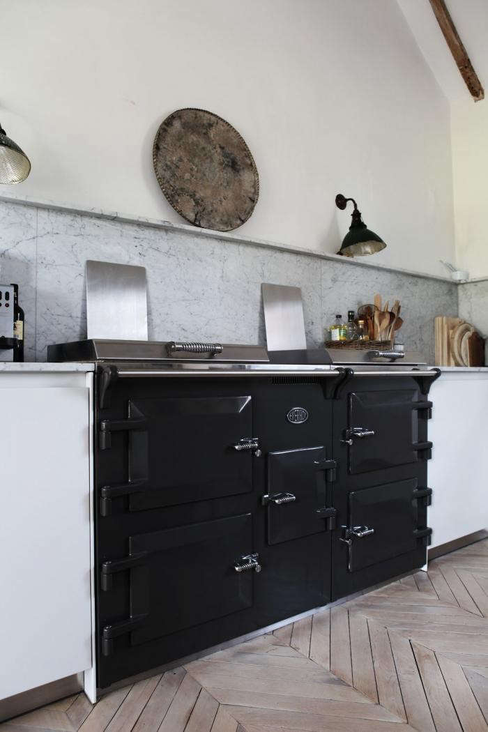 The Everhot 150ifeatures three independently controllable ovens, two cast-iron plates, and a three-zone induction hub. Go to Cast-Iron Range Cookersfor sourcing in the UK.