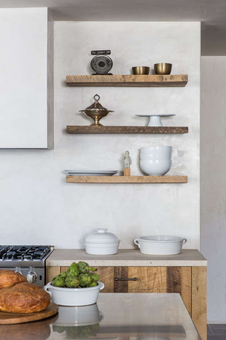 Tadelakt kitchen wall in Leigh Herzig spec house West Hollywood, photo: Laure Joliet
