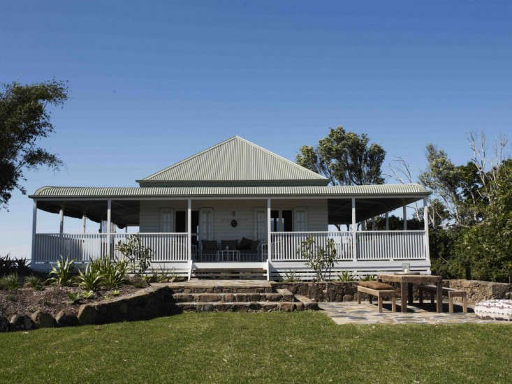 A Cottage With Views In Byron Bay Remodelista - Byron bay beach home designed by davis architects