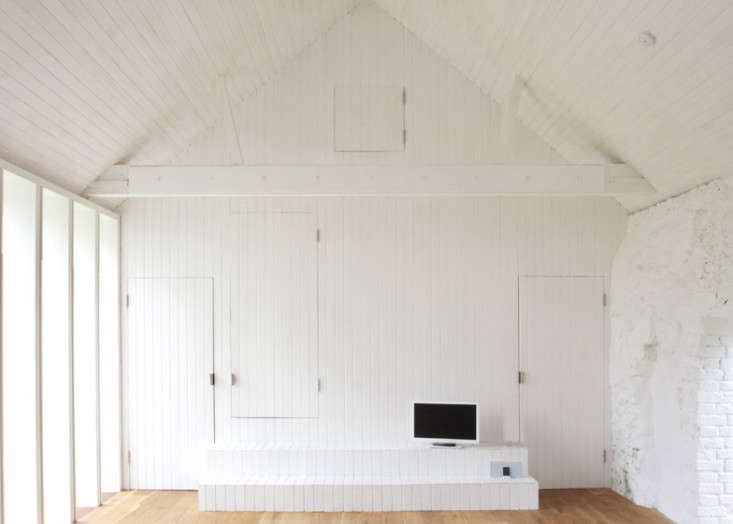 To Keep The Barn Like Quality Of Interior Architects Introduced An Ingenious
