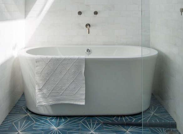 Neptune Amaze 60 In Freestanding Oval Bathroom Tub