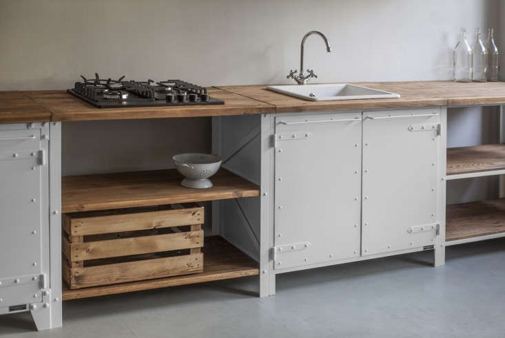 The unfitted kitchen 14 deconstructed spaces remodelista for Outdoor küchenschrank
