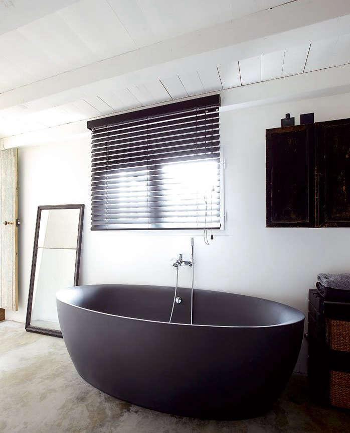 Dark Water: 10 Modern Black Bathtubs