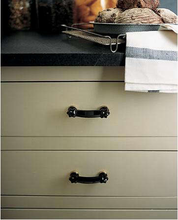 Hardware: Black Glass Cabinet Pulls - Remodelista