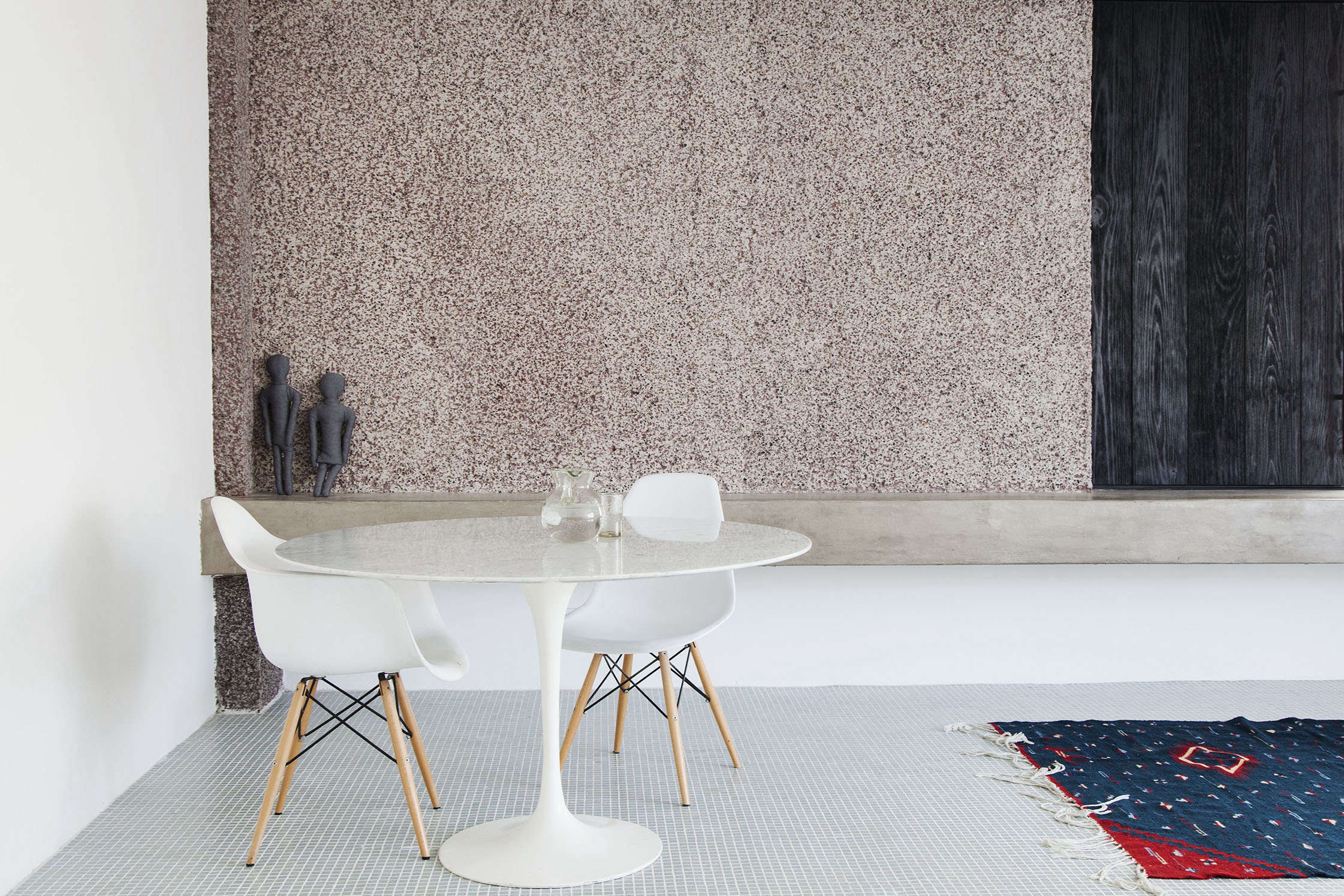 Easy Pieces Simple White Round Dining Tables Remodelista - Room and board saarinen table