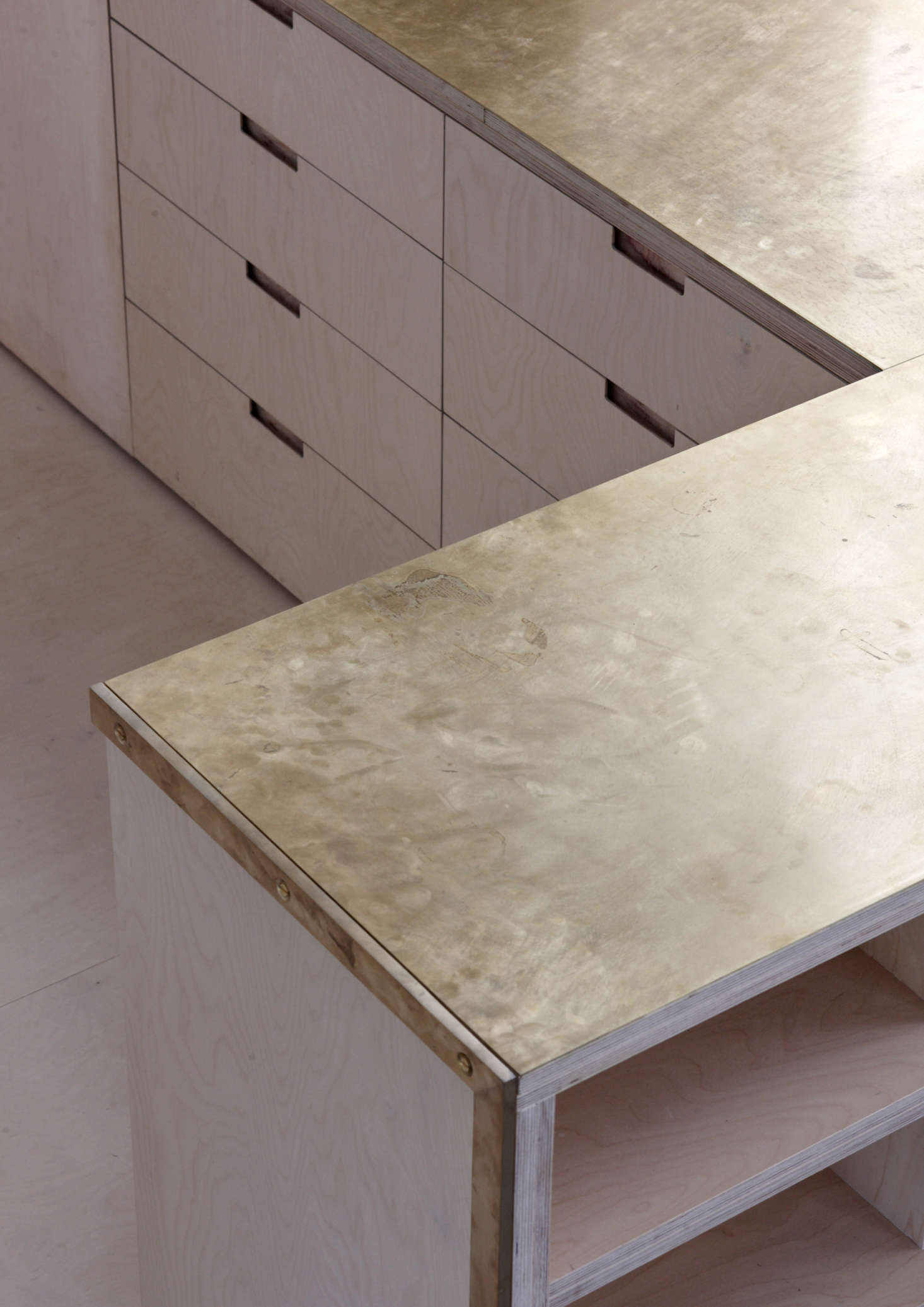 The counters(two layers of 18mm birch ply bonded with twomillimeters of brass:total thickness 38 millimeters)are unlacquered and intended togather fingerprints and patina over time. Allmillwork was designed byMcLarenExcell and fabricatedlocally.