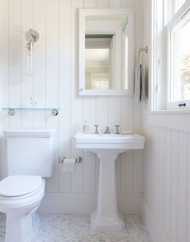 10 favorites white bathrooms from the remodelista for All white bathrooms ideas