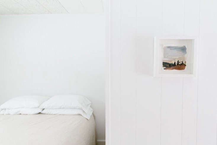 Spruceton-Inn-Catskills-NY-room-detail-photo-by-Sarah-Jayne-Ellis-Remodelista-733x489