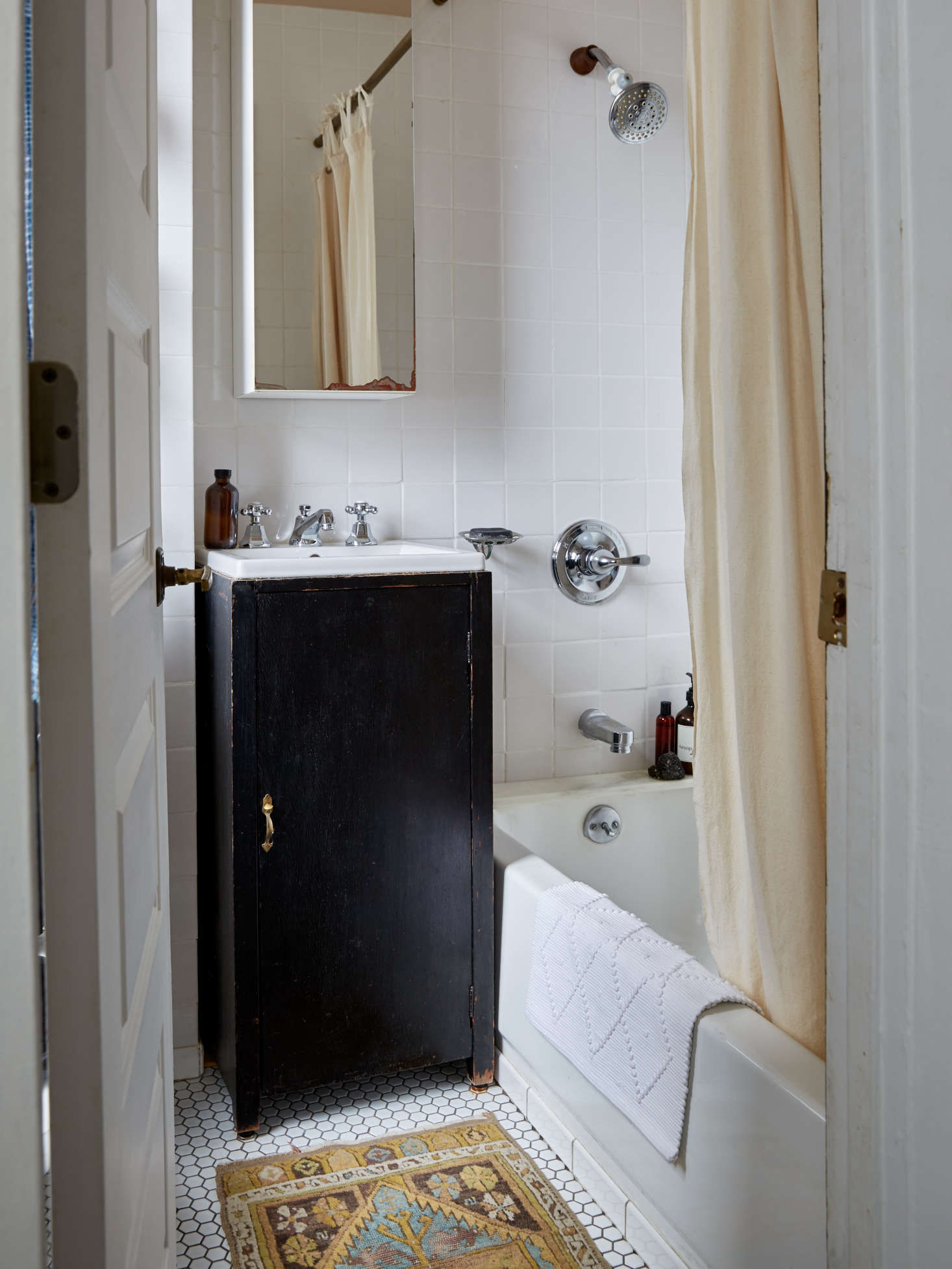 Small bathroom solution: a sink in a vintage record player cabinet