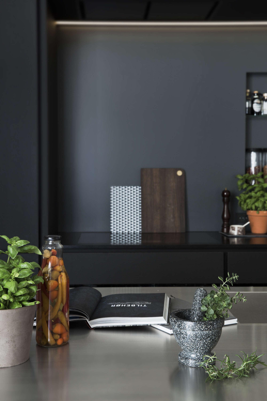 black-wood-and-laminate-modern-kitchen-denmark-garde-Hvalsoe