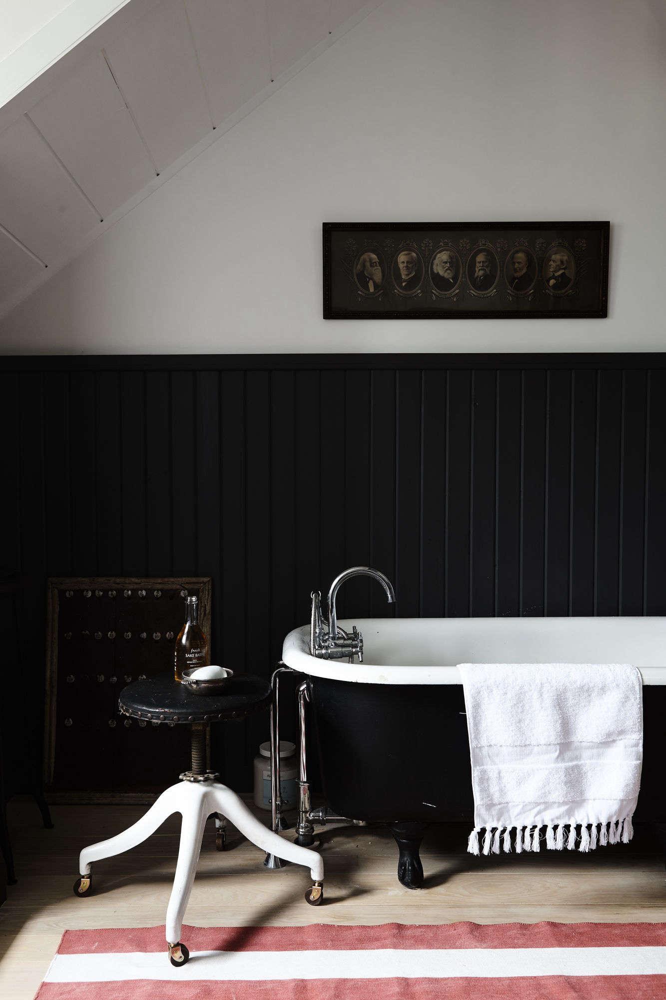 Red and white stripes add drama to a black bath. Photograph courtesy of Nicole Franzen.