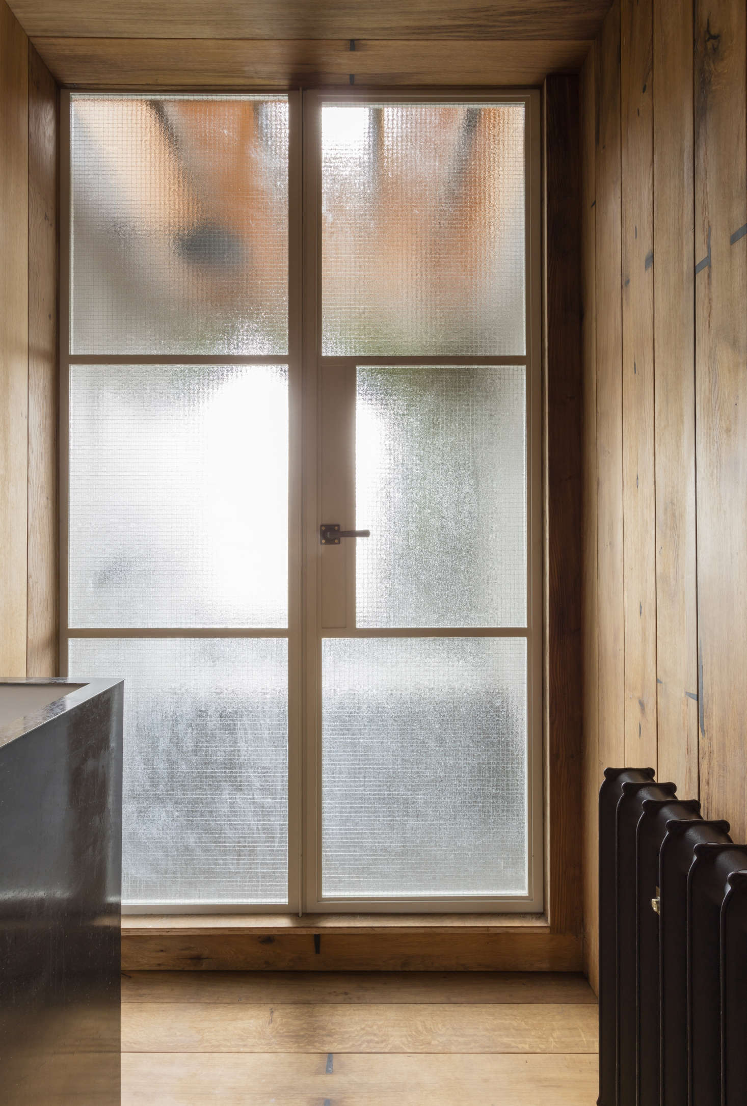 Astridge sourced the fumed oak from AH Peck LTD, and the steel-framed glass wall with inset door was made by the venerable UK company Crittall—for details, see Hardscaping 101: Steel Factory-Style Windows and Doors.