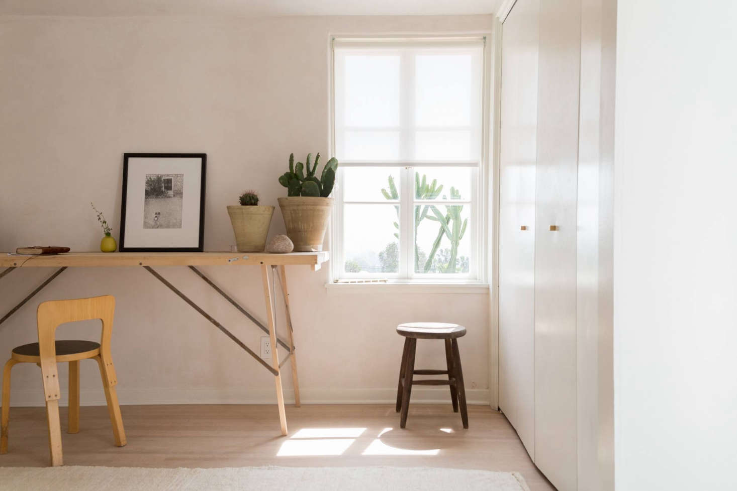 Tabouret Tam Tam Original steal this look: a warm, minimal guest bedroom in la