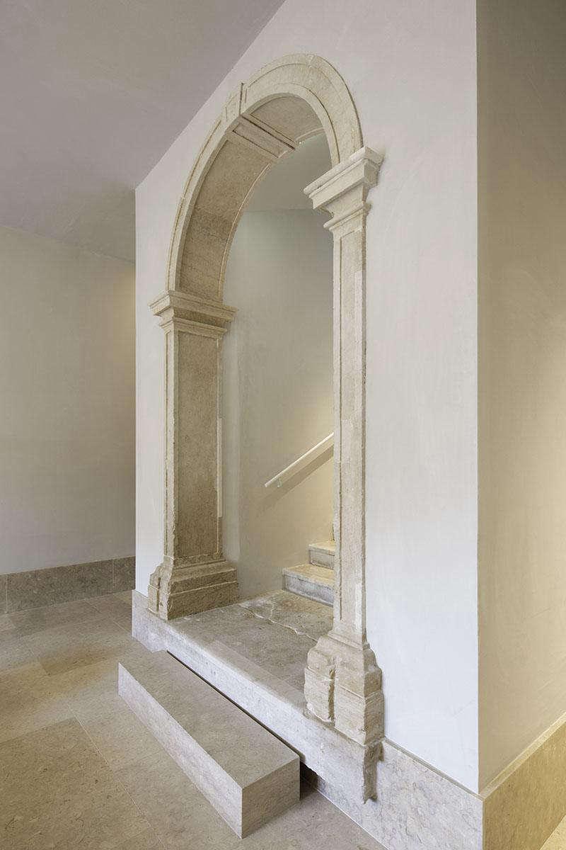The architect installednewlycut limestone baseboards.