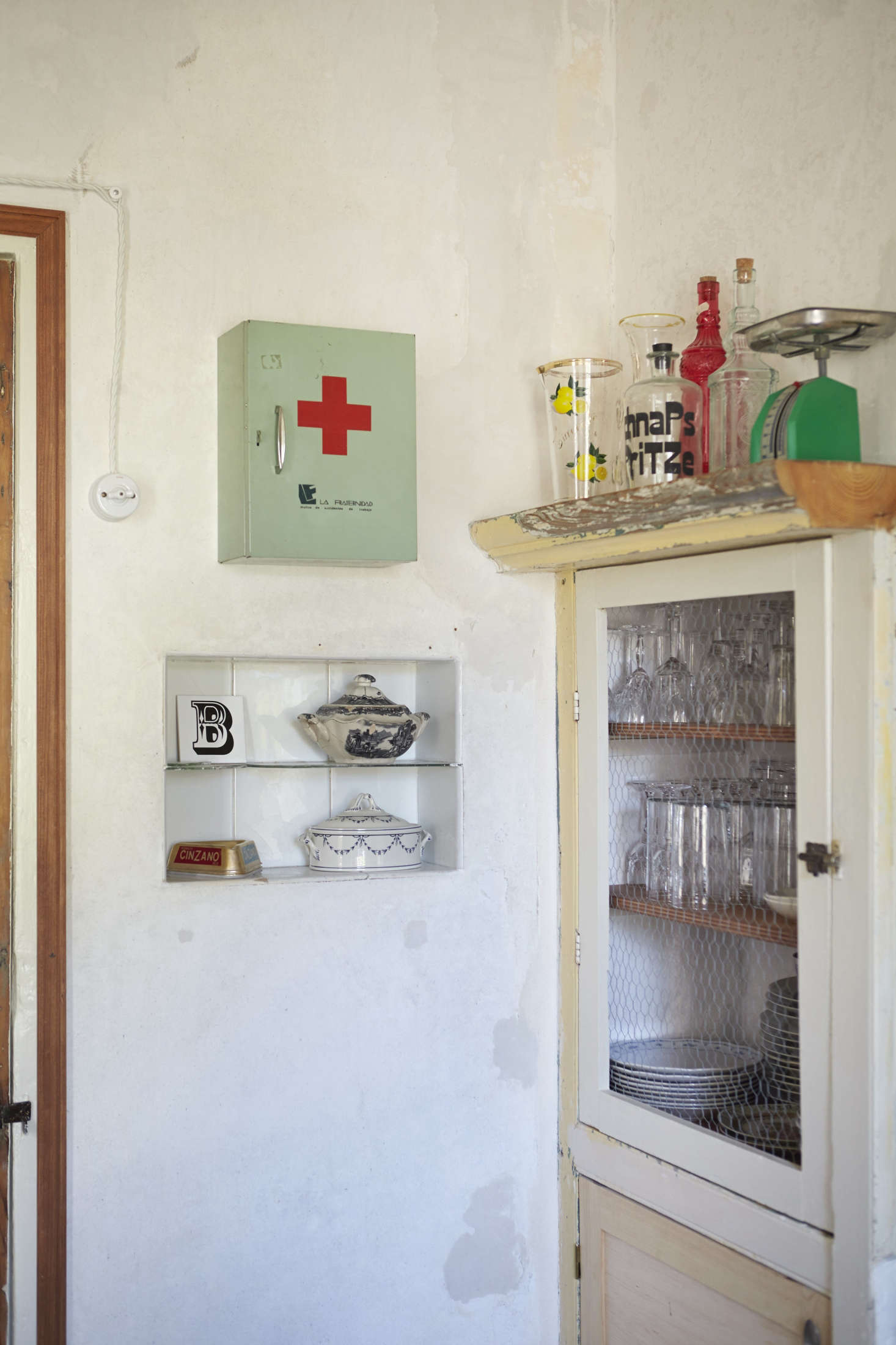 The medicine cabinet—used to hold vitamins and meds—traveled with Benito and Pol to their new house.