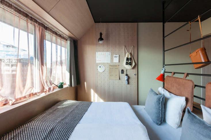 5 small bedroom design ideas space enlarging decorating. Black Bedroom Furniture Sets. Home Design Ideas