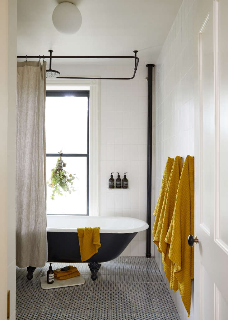 Warm minimalism in a young architect 39 s own brooklyn for Master down townhomes