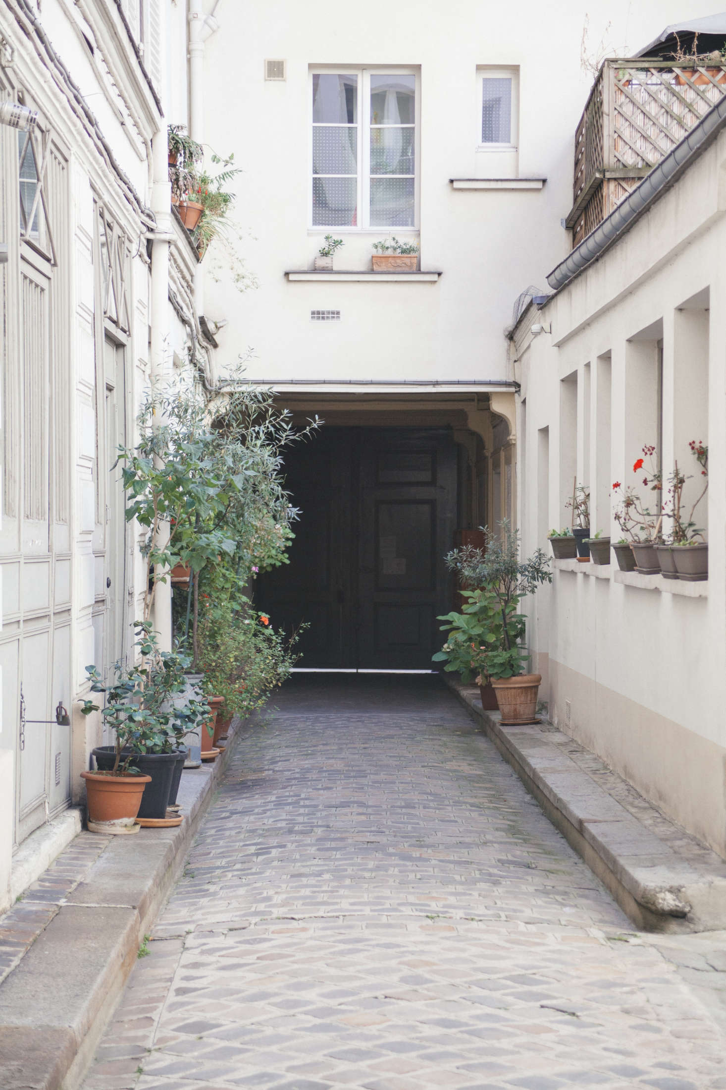 A view of the gated courtyard shows how the modern Fassio-Viaud structure to the rear contrasts with the traditional, historic Parisian architecture.