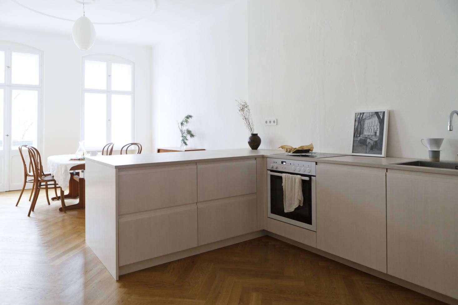 https://cdn.remodelista.com/wp-content/uploads/2018/03/berlin-apartment-kitchen-by-studio-oink-7-1466x978.jpg