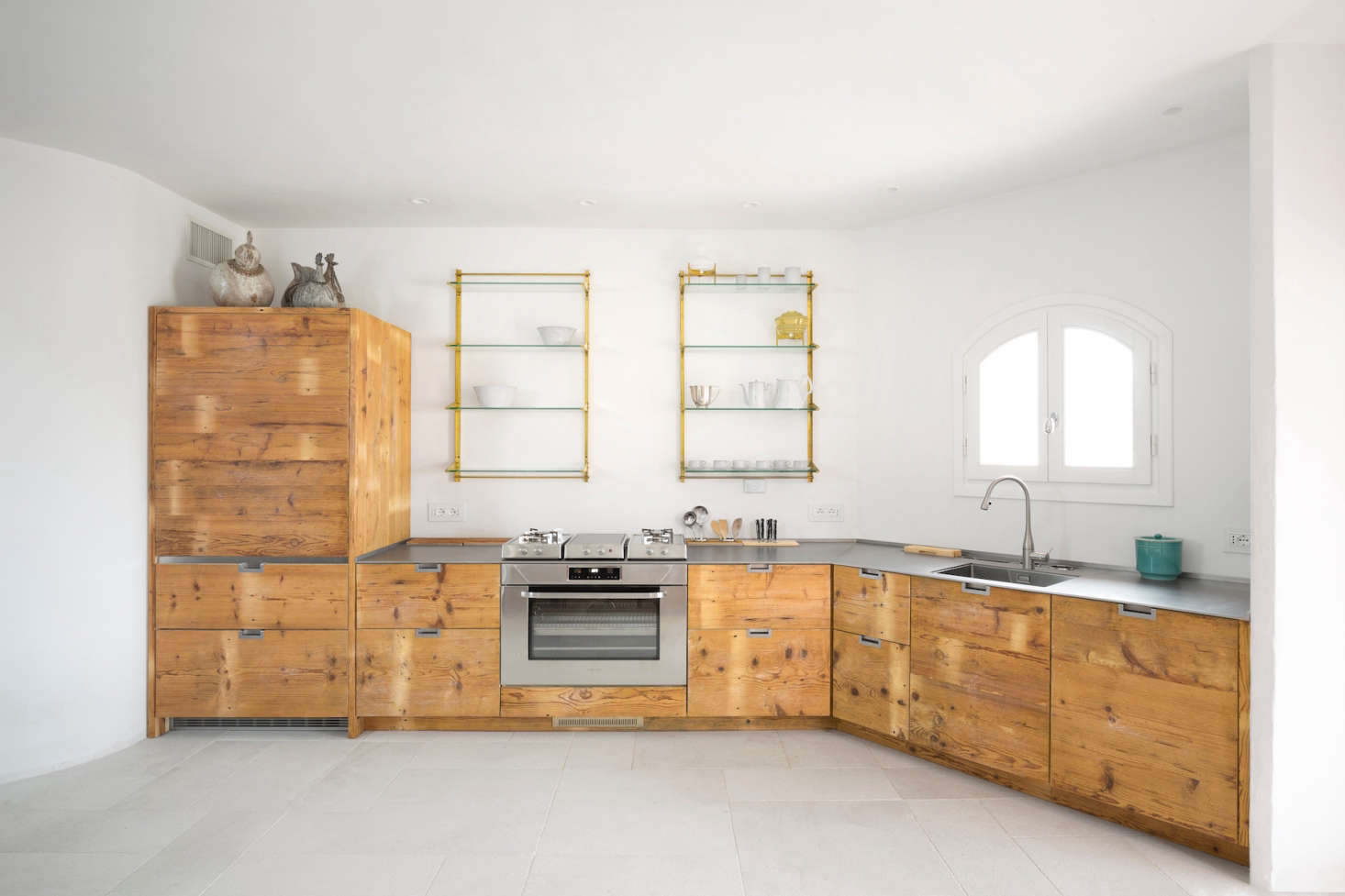 The finished kitchen with cabinet fronts made of 0 year old larch wood (larch wood is known for its durability and water resistance).