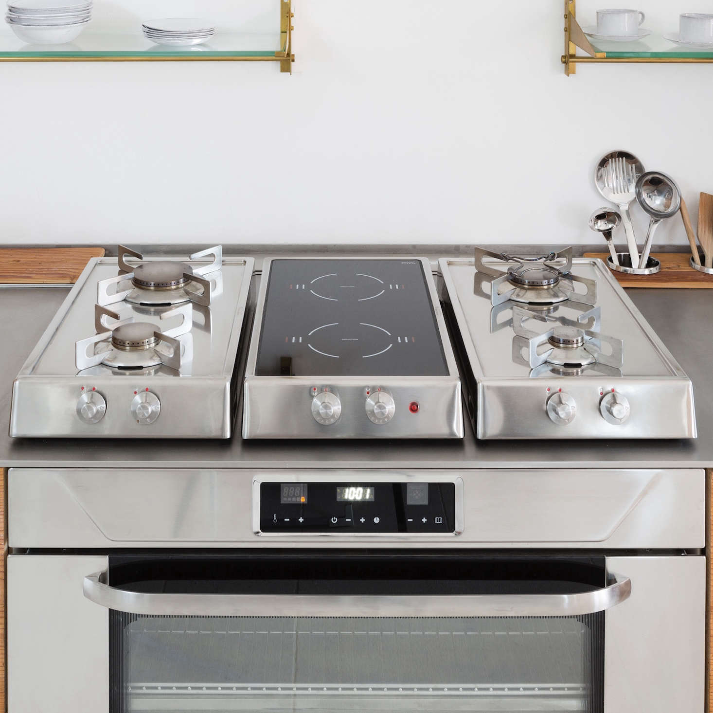 The oven and the three-part hob come from the Italian brand Alpes Inox. (For more information, see 7 high quality Italian kitchen programs.)