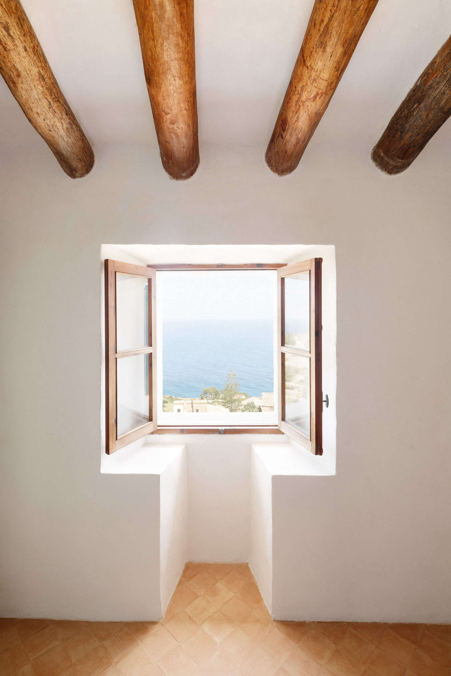 A front window overlooks the sea.