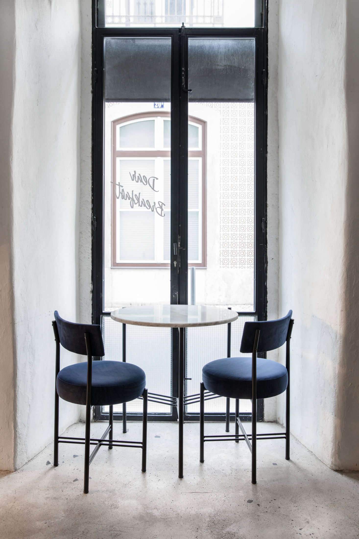A quiet niche for breakfast, looking out at the Rua das Gaivotas.