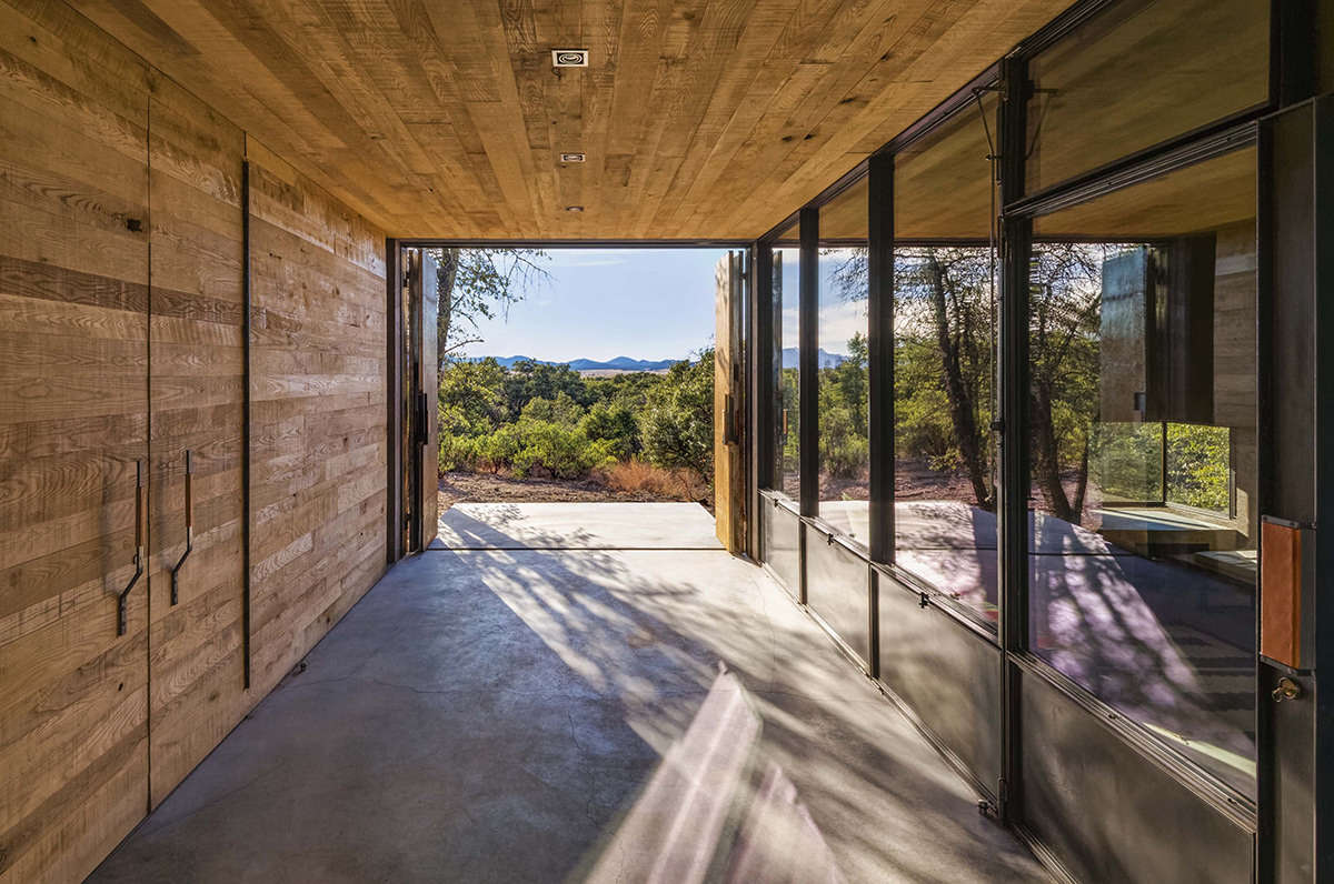 Off the Grid Luxury: A Spare Weekend Home in the Arizona High Desert