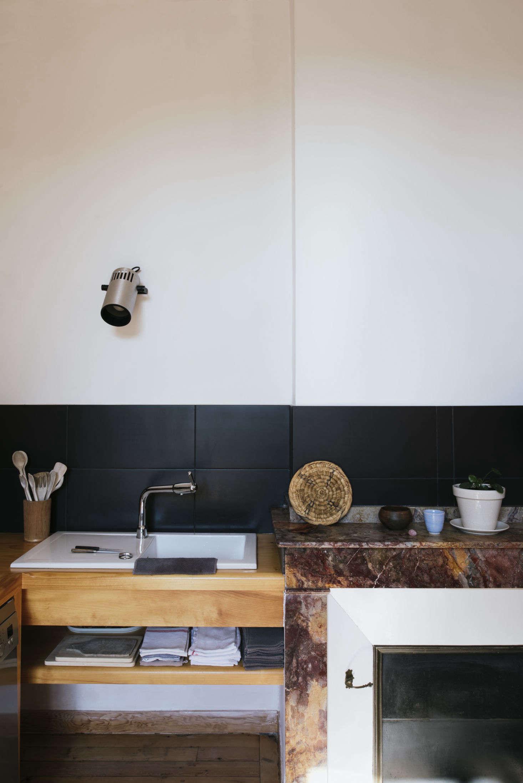 15 Favorites: Black Kitchen Backsplashes