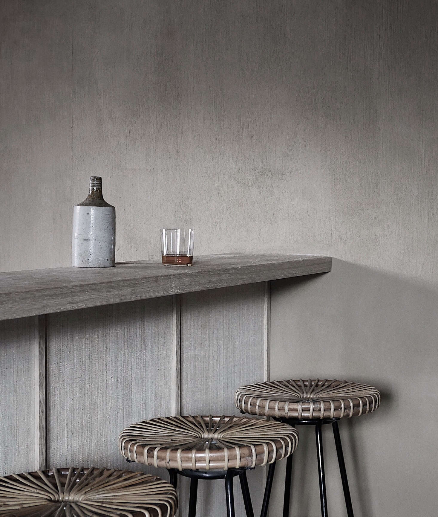 The lodge bar, aNathalie Van Reeth design, is finished with hand-woven raffia. The vintage wicker stools are by Dirk van Sliedrecht.