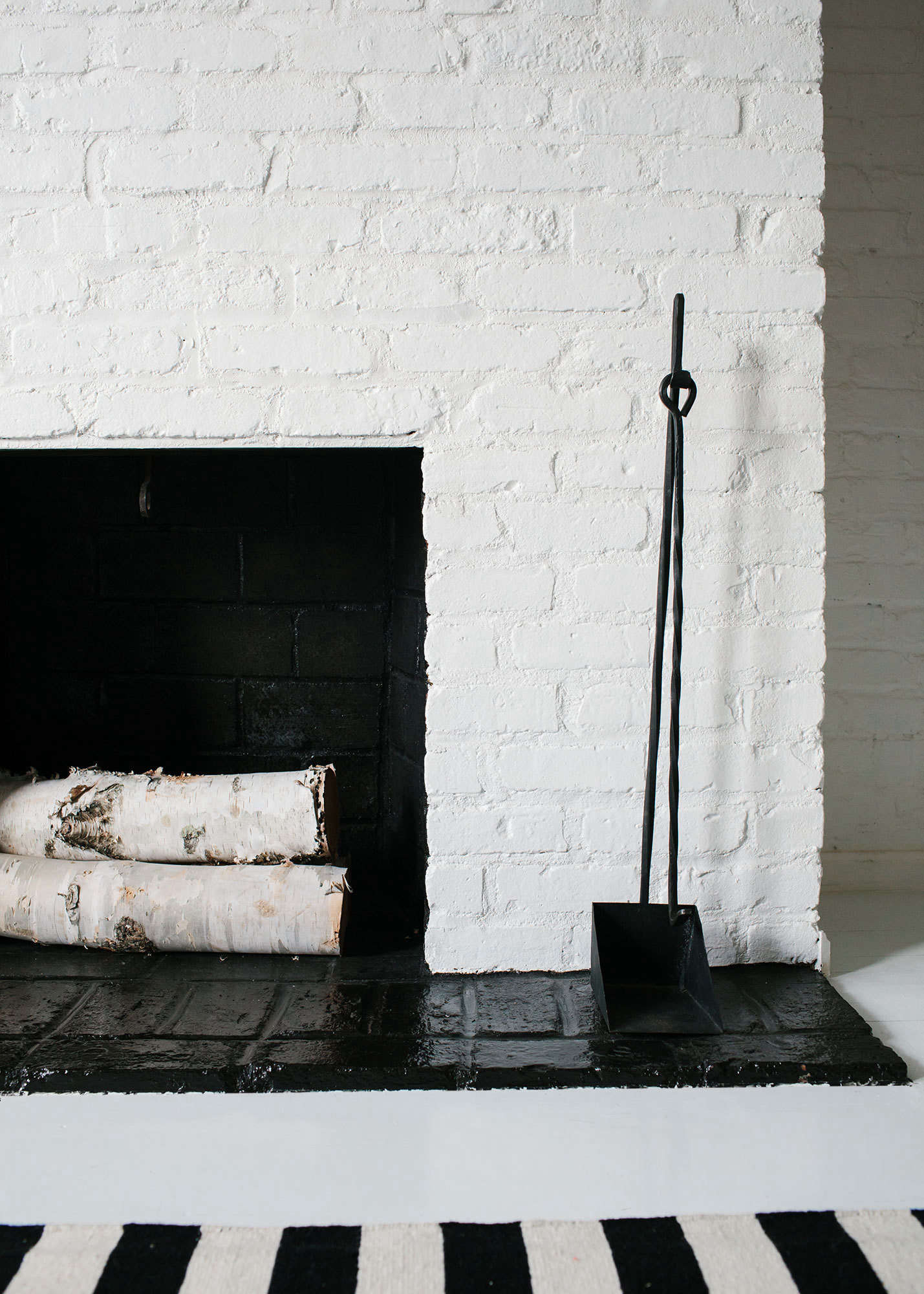 The fireplace apron is also painted in Hollandlac Brilliant.