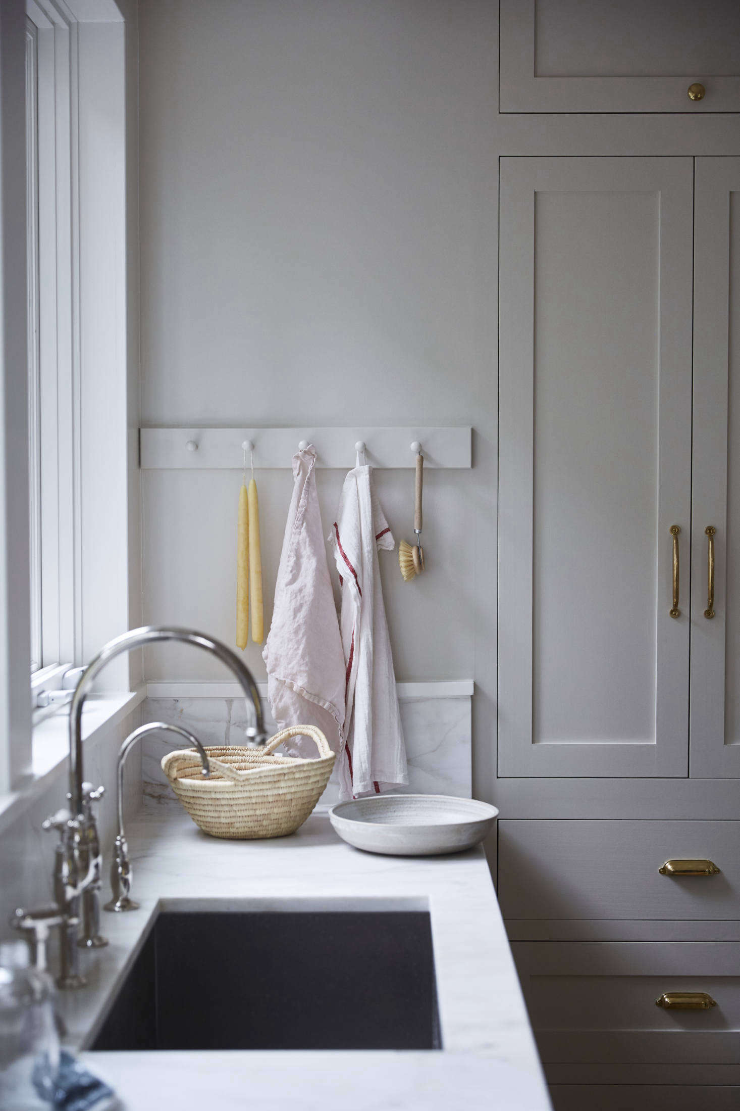The Rohl, Perrin & Rowe bridge faucet tempers the brass hardware (sourced from Rejuvenation) throughout the kitchen. (See our roundup of traditional bridge faucets here.)