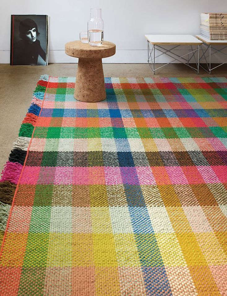 The Multitone Rug is made in India and features a flat handwoven yarn basket construction.