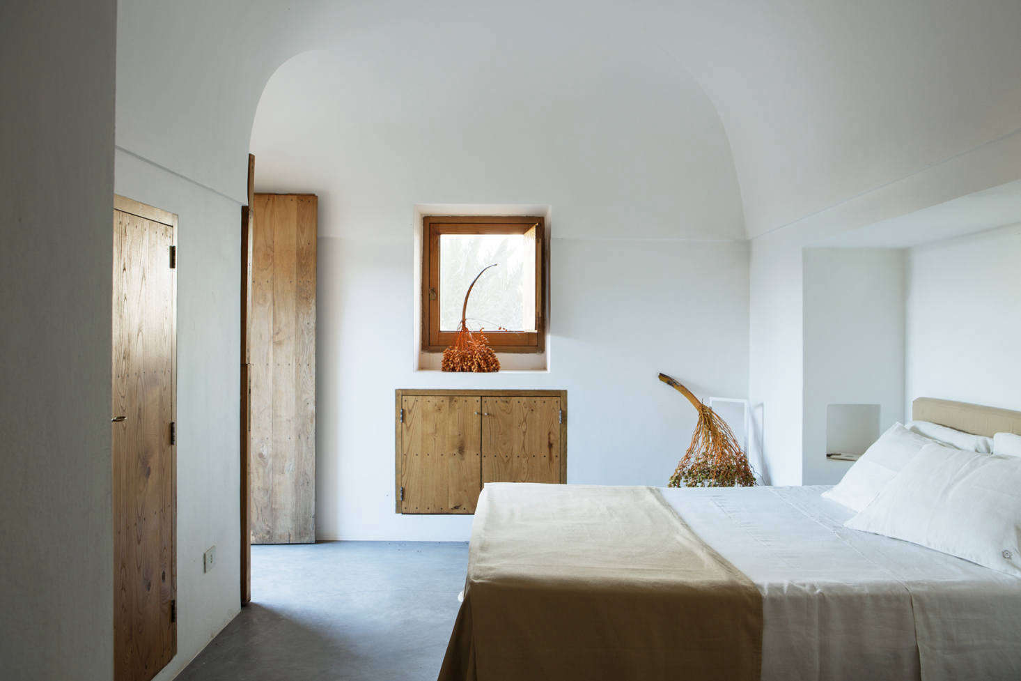 The quintessence of simplicity in the bedroom.
