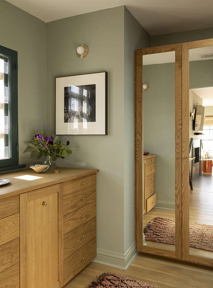 The new dressing area is fitted with oak built-ins.