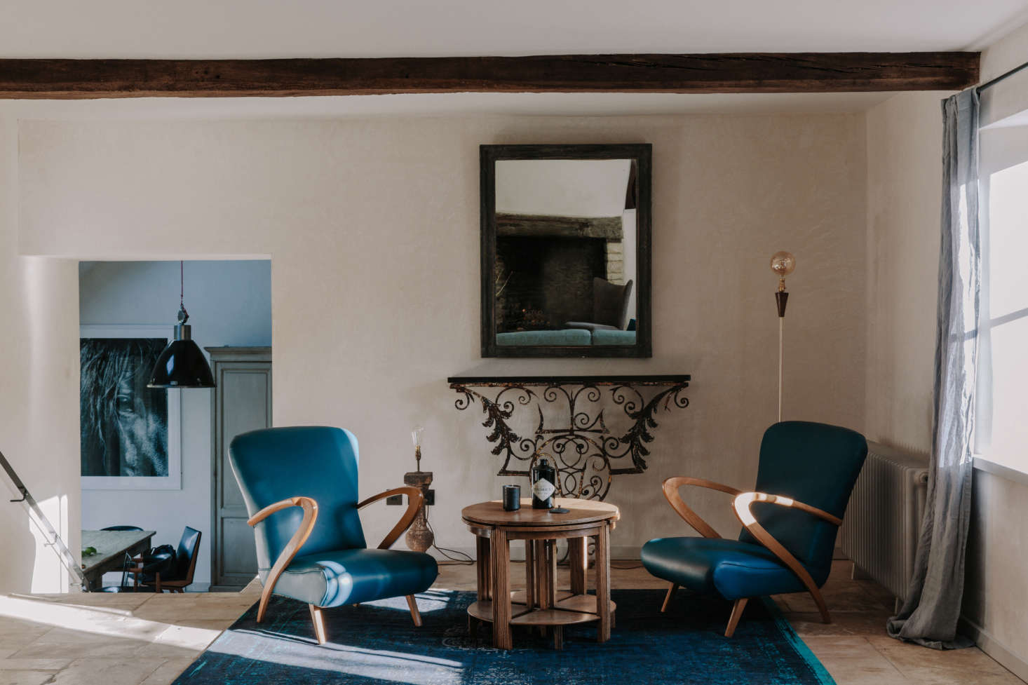 A sitting area in shades of blue.