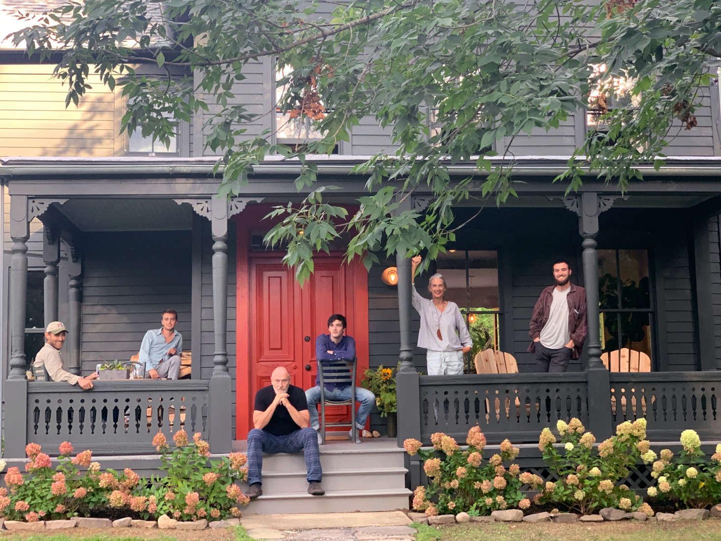 Corbin e Amanda e filhos em sua nova residência (a foto foi tirada por seu filho mais velho & # 8