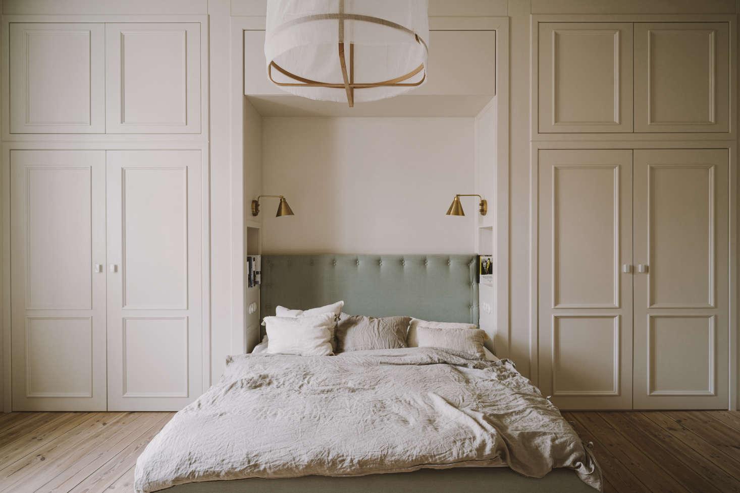 Chrapka designed inset shelves on both sides of the bed alcove for storing books.