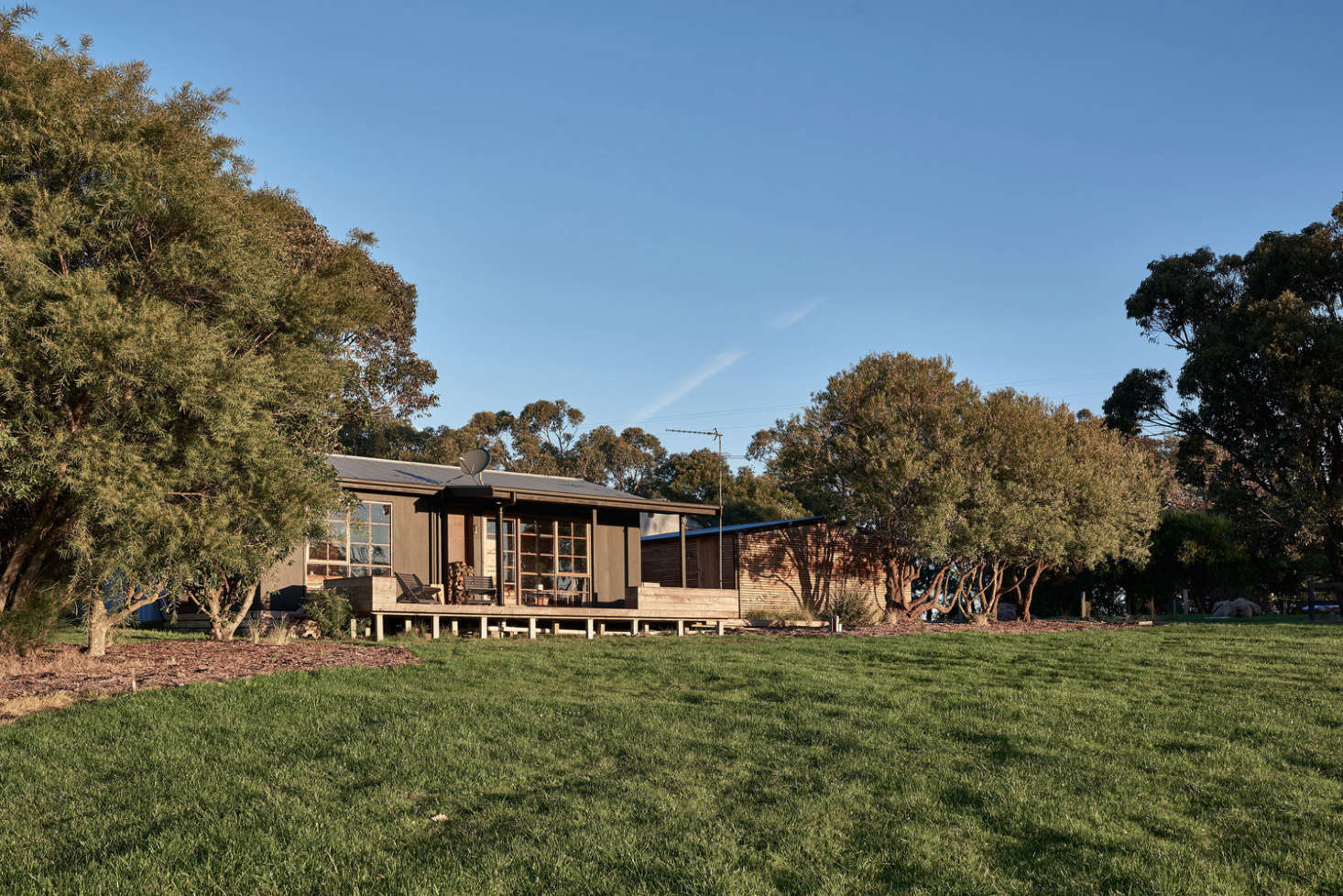 Set on what was once was a small dairy farm, the cabin is a kilometer outside the township of Meeniyan, in Victoria&#8