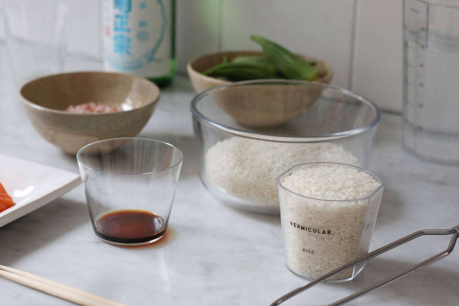 Rinsing the rice before cooking it is key. Measure out 3 cups (540 ml) of plain white rice and rinse using a mesh strainer before adding to the pot; then add the 5ml of water.