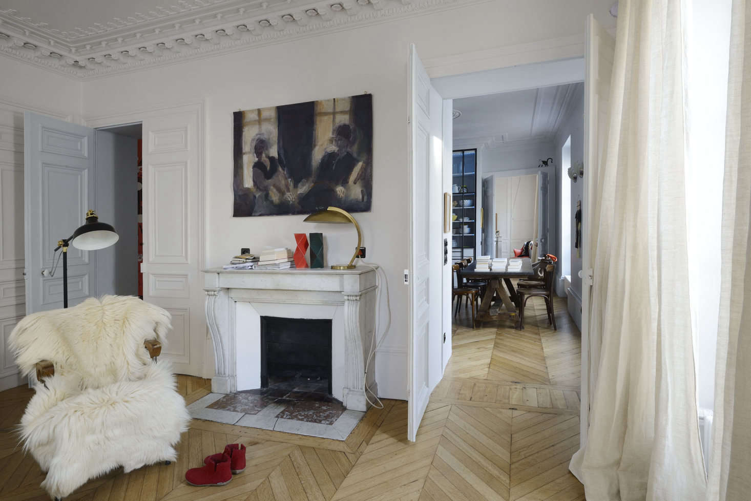 The apartment occupies the third floor of a grand th-century Parisian building. Linde and Saalburg divided the layout into three zones: the living area in the center with the parents&#8