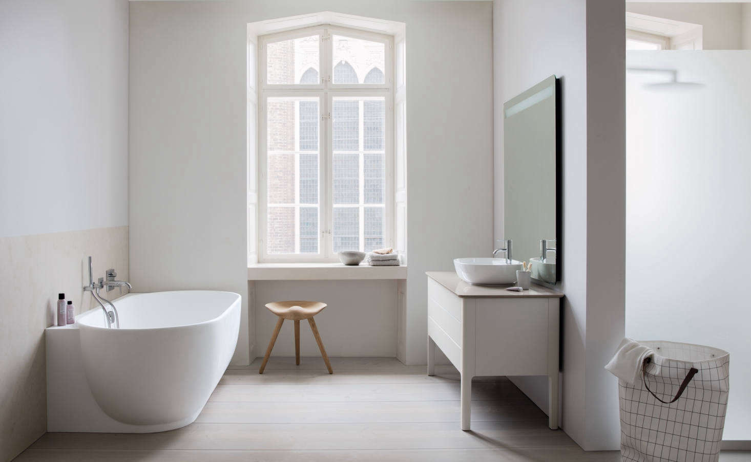 The bathtub is also available in a back-t0-the-wall and corner version with a ledge. The console is shown here with a walnut counter; the top drawers are available with wooden dividers.