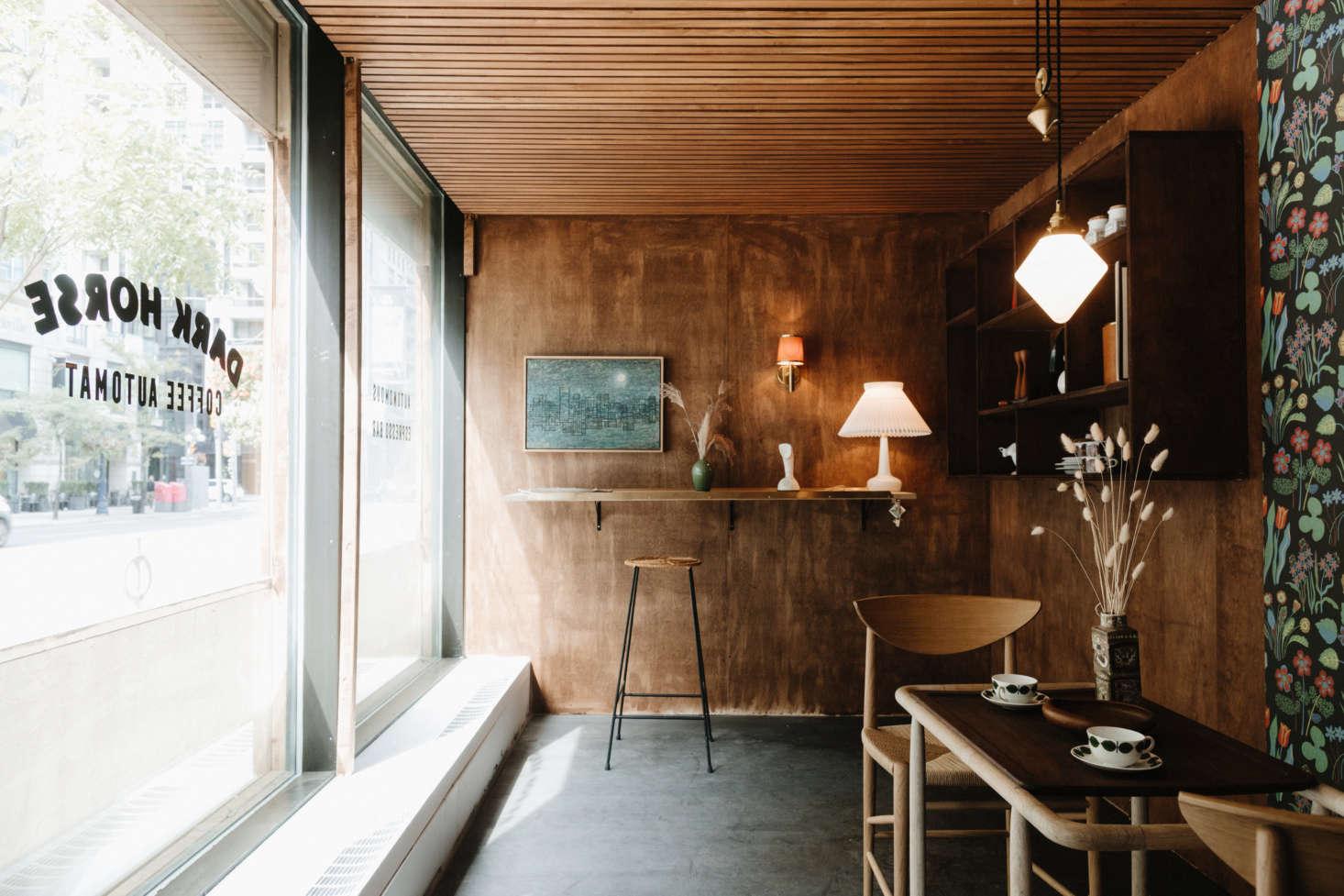 O espaço interior é revestido com compensado de bétula manchado com Special Walnut da Old Masters Wood Stain em Iowa.
