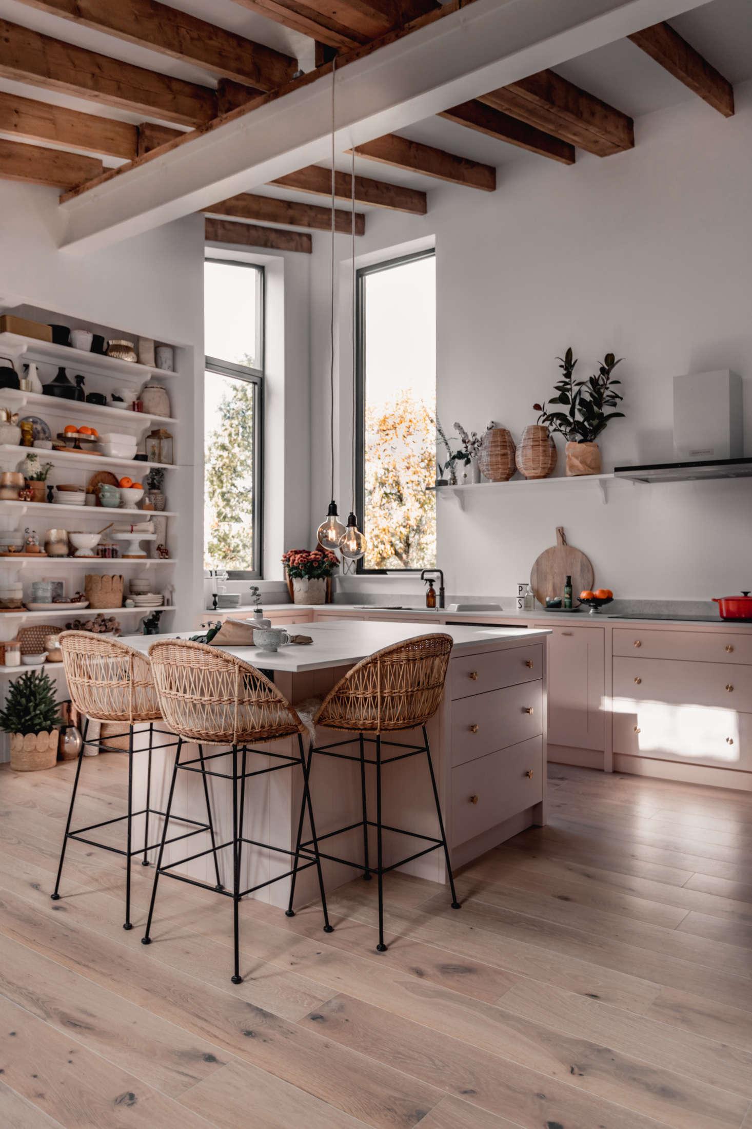 Uma visão geral da cozinha cheia de luz.