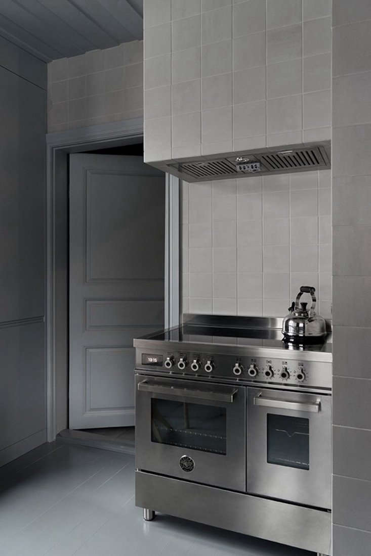 A tiled vent hood floats above the 36-inch Bertazzoni Induction Range.